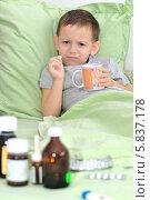 Купить «Мальчик болеет. Держит таблетку и не хочет ее пить.», фото № 5837178, снято 26 января 2014 г. (c) Арестов Андрей Павлович / Фотобанк Лори