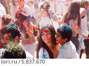 Купить «Весёлая молодая женщина с ребёнком, измазанные краской, на фестивале Holi в Барселоне», фото № 5837670, снято 6 апреля 2014 г. (c) Яков Филимонов / Фотобанк Лори