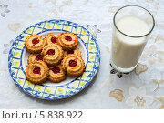 Купить «Молоко с печеньем - вкус детства», фото № 5838922, снято 5 ноября 2013 г. (c) Александр Самолетов / Фотобанк Лори