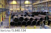 Купить «Рабочие укладывают трубы, трубопрокатный завод», видеоролик № 5840134, снято 24 апреля 2014 г. (c) Кекяляйнен Андрей / Фотобанк Лори