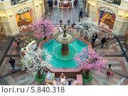 Весеннее оформление знаменитого фонтана в центре Торгового дома ГУМ. Москва (2014 год). Редакционное фото, фотограф Владимир Сергеев / Фотобанк Лори