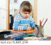 Купить «Серьезная девочка сосредоточенно рисует карандашами в домашнем интерьере», фото № 5841214, снято 25 мая 2019 г. (c) Яков Филимонов / Фотобанк Лори