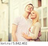 Купить «Романтическая пара. Мужчина и девушка стоят, обнявшись и смотрят вверх», фото № 5842402, снято 6 сентября 2013 г. (c) Syda Productions / Фотобанк Лори