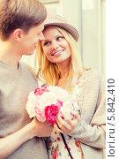 Купить «Романтическое свидание двух влюбленных. Парень дарит девушке цветы», фото № 5842410, снято 6 сентября 2013 г. (c) Syda Productions / Фотобанк Лори