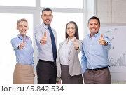 Купить «Члены эффективной бизнес-команды в офисе показывают жест одобрения», фото № 5842534, снято 5 апреля 2014 г. (c) Syda Productions / Фотобанк Лори