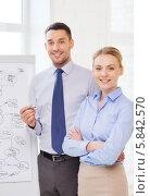 Купить «Успешные коллеги стоят около офисной доски», фото № 5842570, снято 5 апреля 2014 г. (c) Syda Productions / Фотобанк Лори