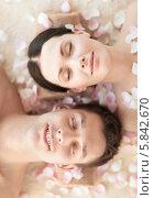 Купить «Молодая пара, усыпанная лепестками роз, наслаждается гармонией и покоем в СПА-салоне», фото № 5842670, снято 4 мая 2013 г. (c) Syda Productions / Фотобанк Лори