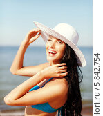 Купить «Портрет веселой девушки в купальнике и в элегантной белой шляпе на берегу моря», фото № 5842754, снято 11 июля 2013 г. (c) Syda Productions / Фотобанк Лори