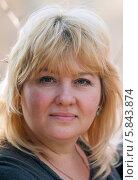 Портрет женщины блондинки средних лет на улице. Стоковое фото, фотограф Игорь Низов / Фотобанк Лори