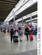 Купить «Пассажиры на железнодорожном вокзале Мюнхена (München Hauptbahnhof)», эксклюзивное фото № 5844998, снято 30 июля 2013 г. (c) Илюхина Наталья / Фотобанк Лори
