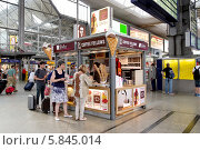 Купить «Киоск с кондитерскими изделиями и кофе на железнодорожном вокзале Мюнхена (München Hauptbahnhof)», эксклюзивное фото № 5845014, снято 30 июля 2013 г. (c) Илюхина Наталья / Фотобанк Лори