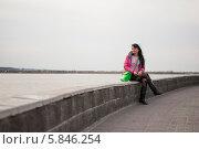 Девушка смотрит на речку. Стоковое фото, фотограф Amir Navrutdinov / Фотобанк Лори