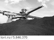 Купить «Крутонаклонный консольный штабелер на гусеничном ходу для перевалки угля. Монохром», эксклюзивное фото № 5846370, снято 8 марта 2014 г. (c) Валерий Акулич / Фотобанк Лори