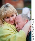 Купить «Счастливая пара. Немолодые мужчина и женщина обнимаются на прогулке», эксклюзивное фото № 5847074, снято 20 апреля 2014 г. (c) Игорь Низов / Фотобанк Лори