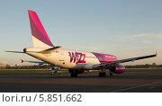 Самолёт Airbus A320 перед взлётом (2014 год). Редакционное фото, фотограф Артур Буйбаров / Фотобанк Лори