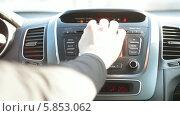 Купить «Водитель заводит автомобиль», видеоролик № 5853062, снято 28 апреля 2014 г. (c) Кекяляйнен Андрей / Фотобанк Лори