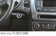 Купить «Водитель в автомобиле», видеоролик № 5853086, снято 28 апреля 2014 г. (c) Кекяляйнен Андрей / Фотобанк Лори