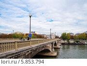 Купить «Река Сена и мост, Париж, Франция», фото № 5853794, снято 7 октября 2010 г. (c) Валерия Потапова / Фотобанк Лори