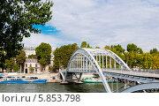 Купить «Пешеходный мост в Париже, Франция», фото № 5853798, снято 7 октября 2010 г. (c) Валерия Потапова / Фотобанк Лори