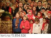 Пасха в Новодевичьем монастыре города Москвы, люди (2014 год). Редакционное фото, фотограф Дмитрий Неумоин / Фотобанк Лори