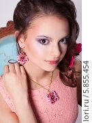 Портрет девушки в серьгах и ожерелье. Стоковое фото, фотограф Евгения Семенова / Фотобанк Лори