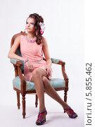 Очаровательная женщина в розовом платье сидит в кресле. Стоковое фото, фотограф Евгения Семенова / Фотобанк Лори