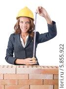 Счастливая женщина-строитель с рулеткой. Стоковое фото, фотограф Elnur / Фотобанк Лори