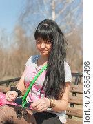 Девушка сидит в парке на скамейке. Стоковое фото, фотограф Amir Navrutdinov / Фотобанк Лори