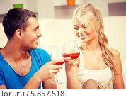 Купить «Романтический ужин с бокалом красного вина в домашней обстановке», фото № 5857518, снято 18 января 2020 г. (c) Syda Productions / Фотобанк Лори