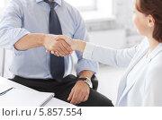 Купить «Деловое рукопожатие в офисе», фото № 5857554, снято 9 июня 2013 г. (c) Syda Productions / Фотобанк Лори