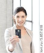 Купить «Девушка держит кредитную карту в вытянутой руке», фото № 5857618, снято 31 марта 2012 г. (c) Syda Productions / Фотобанк Лори