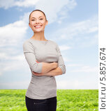 Купить «Радостная девушка стоит, скрестив руки, на фоне зеленой травы и голубого неба», фото № 5857674, снято 8 декабря 2013 г. (c) Syda Productions / Фотобанк Лори
