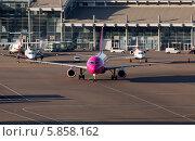 Самолет Wizz Air Airbus A320 на летном поле (2014 год). Редакционное фото, фотограф Артур Буйбаров / Фотобанк Лори