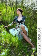 Молодая женщина сидит на зелёной траве в весеннем саду. Стоковое фото, фотограф Николай Тоцкий / Фотобанк Лори