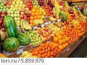 Купить «Фрукты на прилавке в магазине», фото № 5859970, снято 8 апреля 2014 г. (c) Федор Кондратенко / Фотобанк Лори