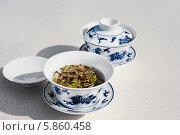 Китайский белый чай в традиционных пиалках с крышками на сером фоне, место для текста. Стоковое фото, фотограф Аnna Ivanova / Фотобанк Лори