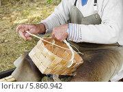 Купить «Народный промысел. Плетение корзин», фото № 5860942, снято 25 июля 2013 г. (c) Валерия Попова / Фотобанк Лори