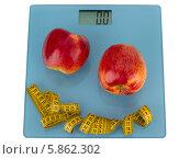 Яблоки и сантиметр на напольных весах. Стоковое фото, фотограф Олег Ручьев / Фотобанк Лори