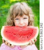 Купить «Счастливая девочка ест большой кусок арбуза в летнем парке», фото № 5863242, снято 6 августа 2013 г. (c) yarruta / Фотобанк Лори