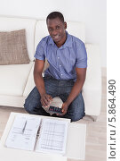 Купить «мужчина подсчитывает бюджет», фото № 5864490, снято 7 декабря 2013 г. (c) Андрей Попов / Фотобанк Лори