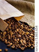 Зерна кофе в бумажном пакете. Стоковое фото, фотограф Maria Shumilina / Фотобанк Лори