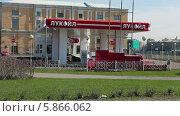 Купить «Автомобильная заправочная станция компании Лукойл в Санкт-Петербурге», видеоролик № 5866062, снято 30 апреля 2014 г. (c) Кекяляйнен Андрей / Фотобанк Лори