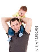Купить «Маленький ребенок сидит на шее у папы», фото № 5866662, снято 19 апреля 2014 г. (c) Quadshock / Фотобанк Лори