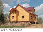Купить «Строящийся деревянный дом на сваях», эксклюзивное фото № 5866982, снято 1 мая 2014 г. (c) Сергей Соболев / Фотобанк Лори
