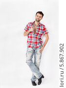Мужчина в клетчатой рубашке и джинсах. Стоковое фото, фотограф Daniil Nikiforov / Фотобанк Лори