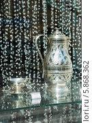 Купить «Кувшин и чайная пара из Серебра в витрине ювелирного магазина», эксклюзивное фото № 5868362, снято 2 мая 2014 г. (c) Александр Щепин / Фотобанк Лори
