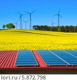 Солнечные панели на поле на фоне ветряных электрогенераторов. Стоковое фото, фотограф Аnna Ivanova / Фотобанк Лори