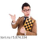 Купить «Забавный шахматист в очках с шахматной доской», фото № 5874334, снято 6 декабря 2013 г. (c) Elnur / Фотобанк Лори