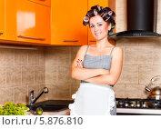 Счастливая домохозяйка в бигуди на кухне. Стоковое фото, фотограф Андрей Затулло / Фотобанк Лори