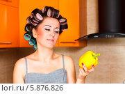 Красивая домохозяйка с бигудями держит желтый перец в руке на кухне. Стоковое фото, фотограф Андрей Затулло / Фотобанк Лори